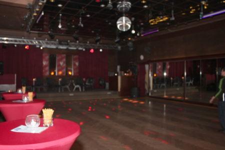 Tanzfläche mit Parkettboden, Spiegelkugel und Spiegelwand